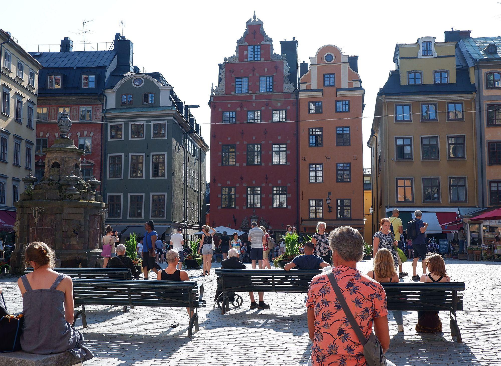La vieille ville (Gamla Stan) de Stockholm avec son sol pavé, ses immeubles colorés et ses touristes.
