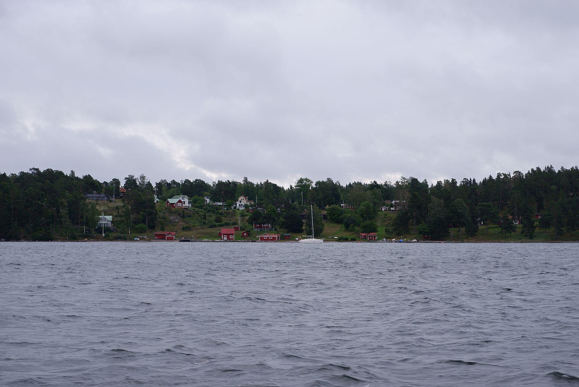 Petites maisons en bois rouge sur les îles autour de nous