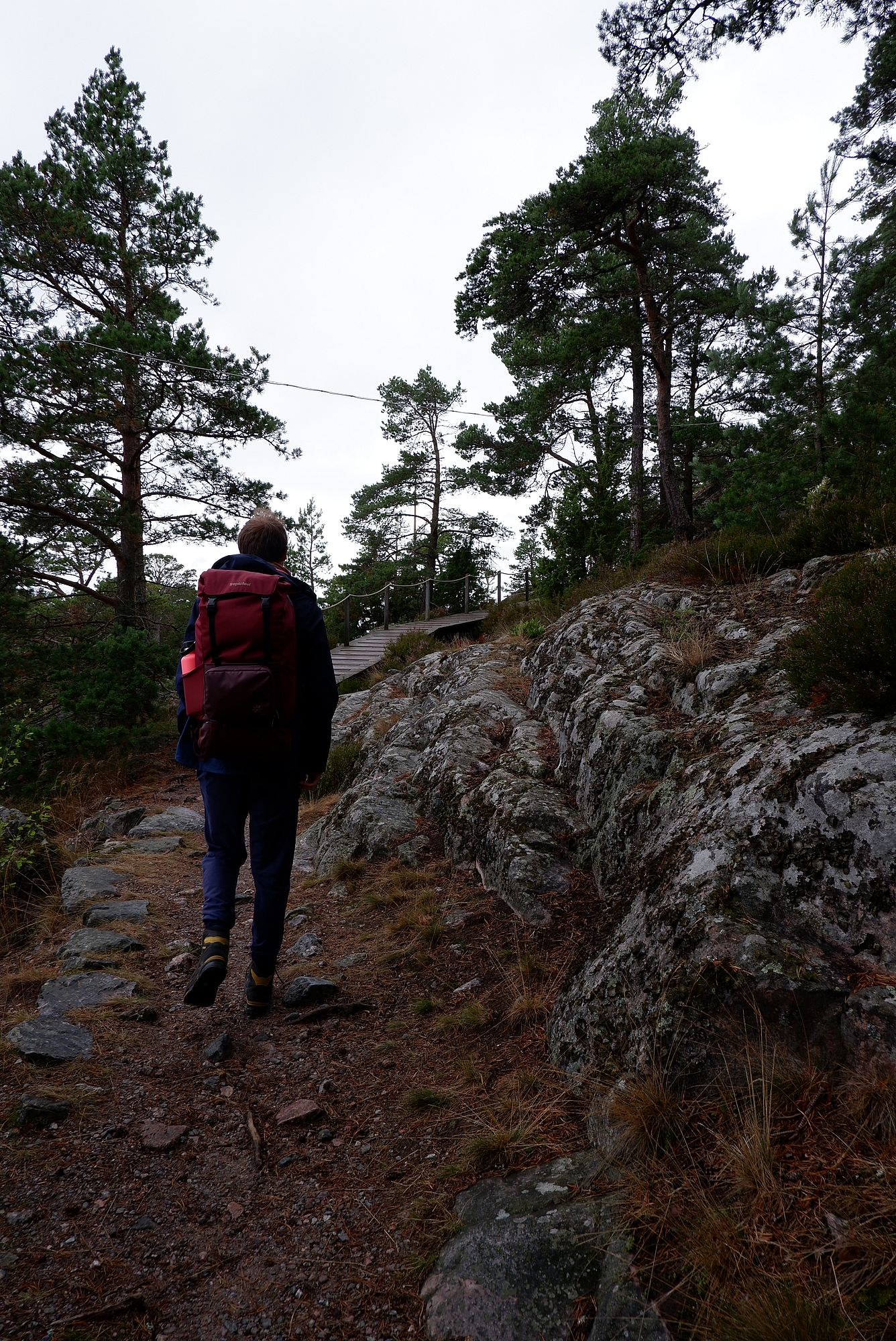 Ryan avec son sac à dos sur un chemin rocheux