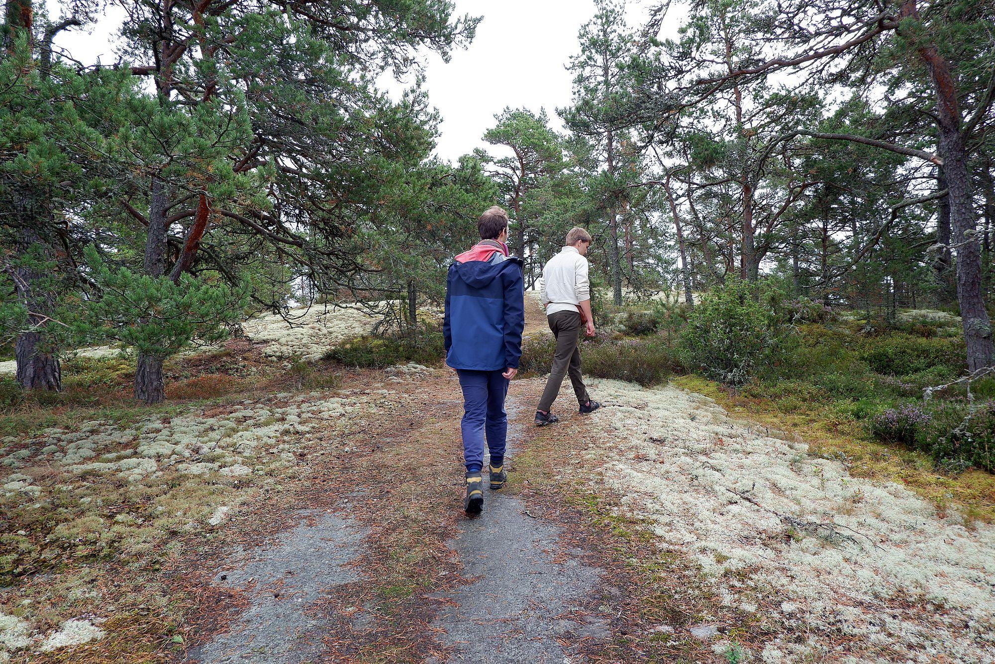 Ryan et Oskar sur un chemin de randonnée bordé de mousse blanche