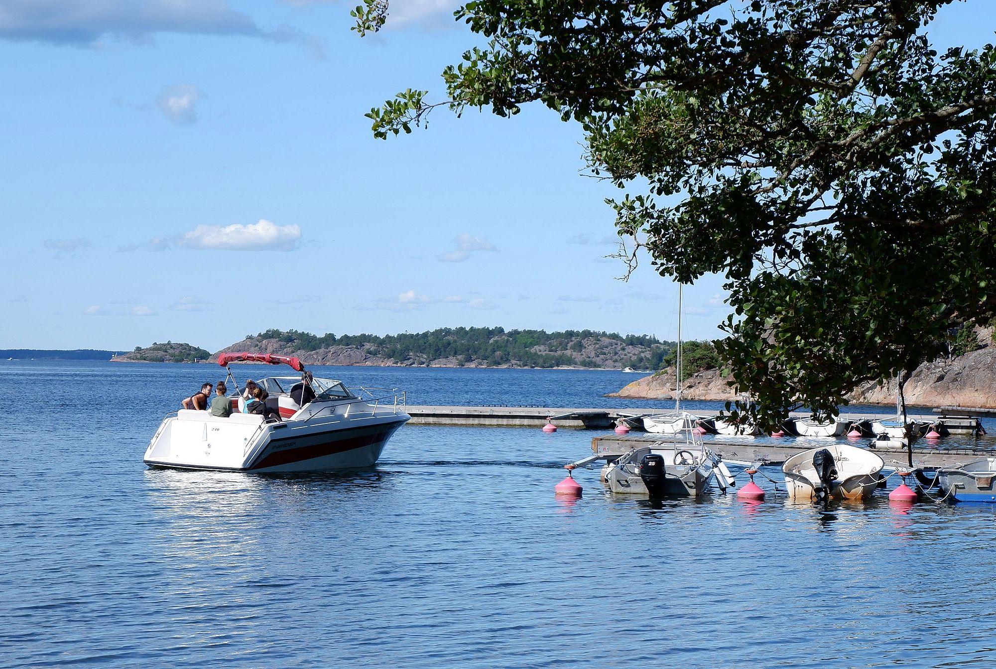 Un bateau à moteur quittant le ponton de l'île.