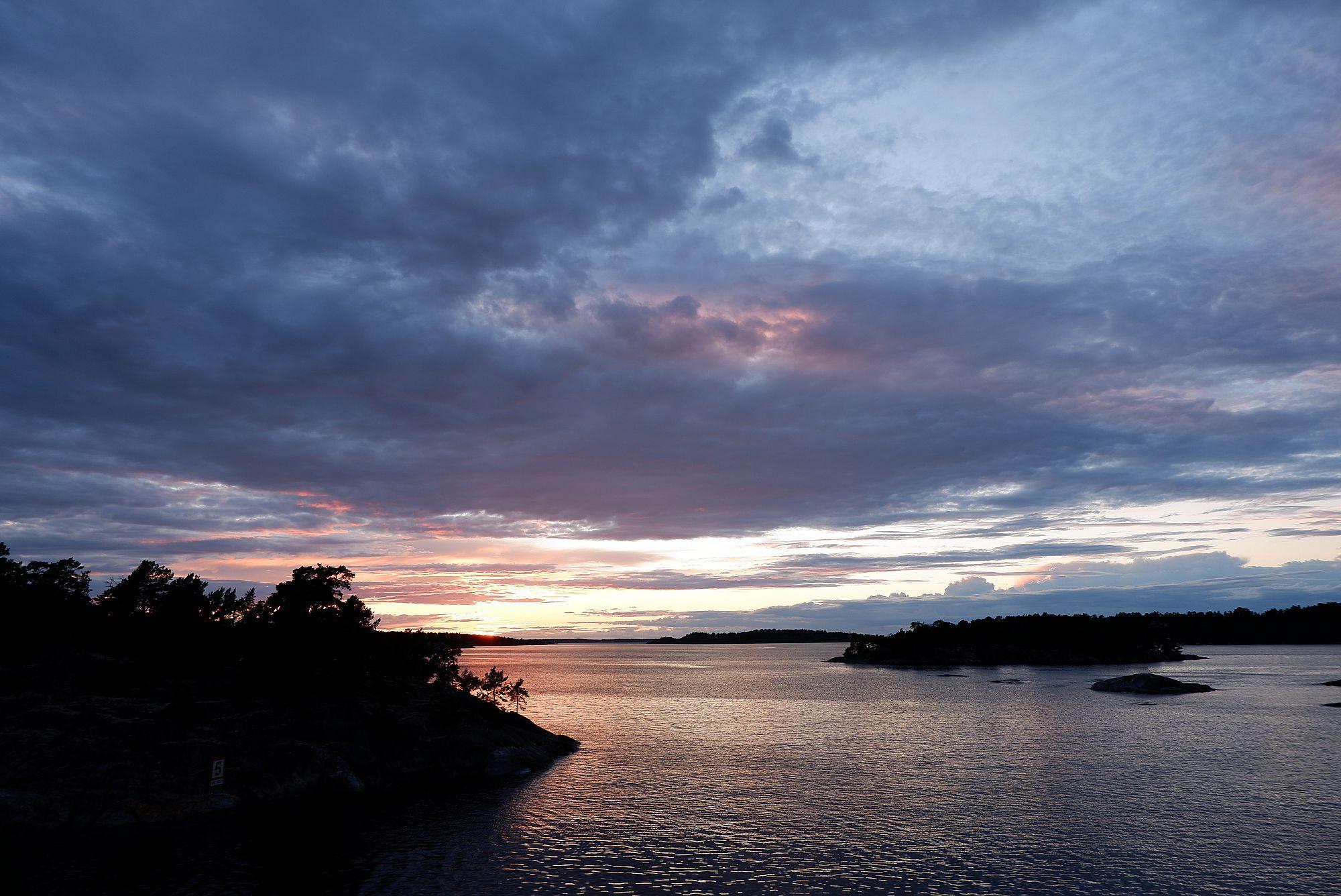 Fin du coucher de soleil sur l'archipel, la nuit tombe doucement et le ciel est bleu.