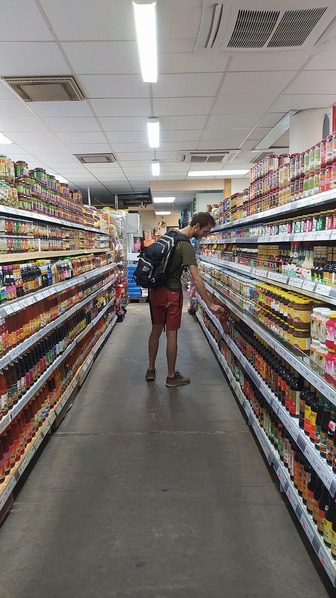 Ryan dans un rayon de magasin asiatique à Stockholm
